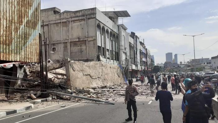 Bangunan roboh di dekat Halte TransJakarta Tarakan, Jakarta Pusat, Kamis (3/9/2020).