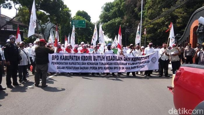 Ratusan anggota Badan Permusyawaratan Desa (BPD) demo di depan Kantor Bupati Kediri. Mereka menuntut kesejahteraan dan kenaikan honor.