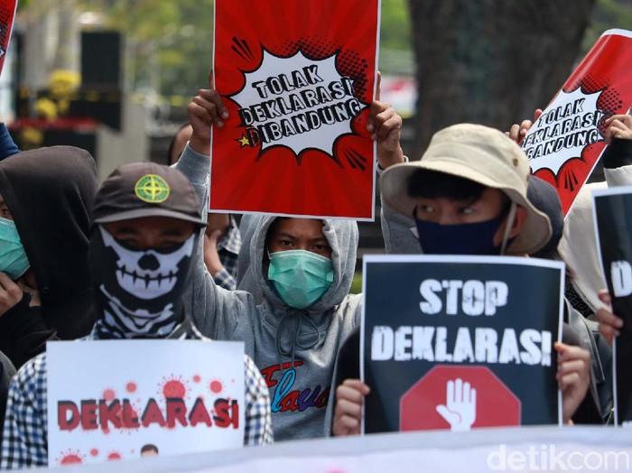 Massa yang tergabung dalam Ikatan Cendikia Cipayung gelar aksi di depan Gedung Sate, Bandung. Mereka menolak rencana deklarasi KAMI di Kota Bandung.