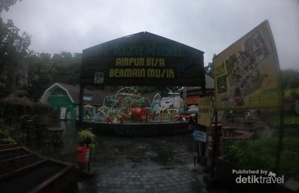 Di plaza musik Eco Green Park Batu, setiap orang bisa bermain musik.