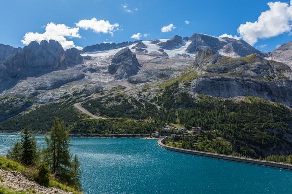 Karena ketinggiannya, membuat gletser ini punya pemandangan indah di pegunungan Italia. Sert menjadi salah satu lokasi favorit yang menyediakan ski kapan saja sepanjang tahun, bahkan di musim panas sekalipun.