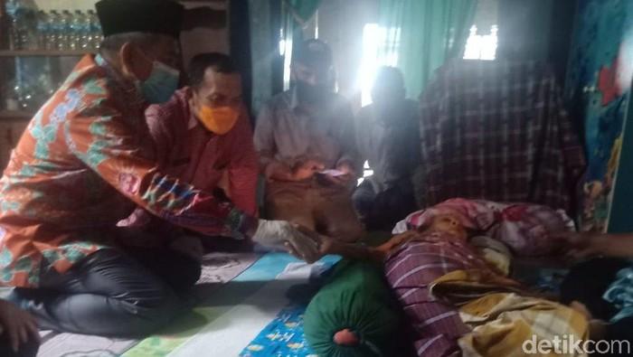 Gubernur Sulawesi Barat (Sulbar), Ali Baal Masdar, menyambangi maestro seniman tradisional Mandar, Cammana (Abdy Febriady/detikcom)