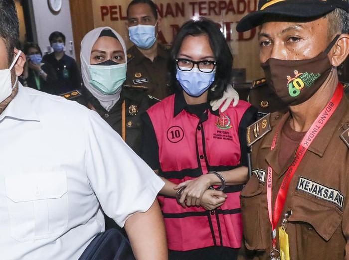 Tersangka kasus suap pengurusan pengajuan fatwa Mahkamah Agung (MA) untuk membebaskan Djoko Tjandra, Pinangki Sirna Malasari berada di dalam kendaraan usai menjalani pemeriksaan di gedung Bundar, Kejaksaan Agung, Jakarta, Rabu (2/9/2020). Kejaksaan Agung dan Direktorat Tindak Pidana Korupsi (Dit Tipikor) Bareskrim Polri memeriksa Jaksa Pinangki Sirna Malasari terkait pengurusan pengajuan fatwa Mahkamah Agung (MA) untuk membebaskan Djoko Tjandra dari eksekusi Kejaksaan Agung atas kasus korupsi hak tagih Bank Bali. ANTARA FOTO/Galih Pradipta/foc.