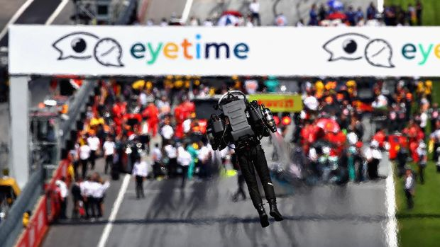 SPIELBERG, AUSTRIA - JULY 01:  An entertainer with a jetpack performs before the Formula One Grand Prix of Austria at Red Bull Ring on July 1, 2018 in Spielberg, Austria.  (Photo by Mark Thompson/Getty Images)