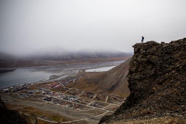 Jika kedapatan ada penduduk yang sudah diprediksi secara medis umurnya tak panjang lagi dan mati di kota Longyearbyen, maka keluarga yang bersangkutan bisa dikenai sanksi dan hukuman. Getty Images/Maja Hitij