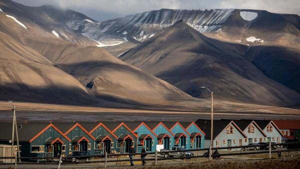 Longyearbyen merupakan nama kota di utara Bumi yang masih masuk dalam wilayah Norwegia. Ada satu aturan aneh di sana, warganya dilarang meninggal disana dan dilarang menguburkan jenazah di tanah. Getty Images/Maja Hitij