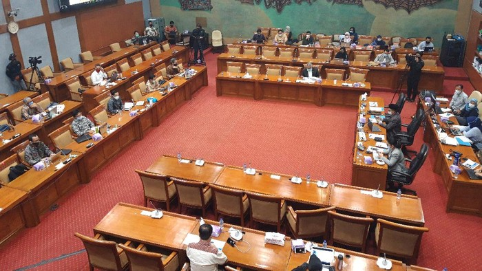 Mendikbud Nadiem Makarim rapat kerja dengan Komisi X DPR