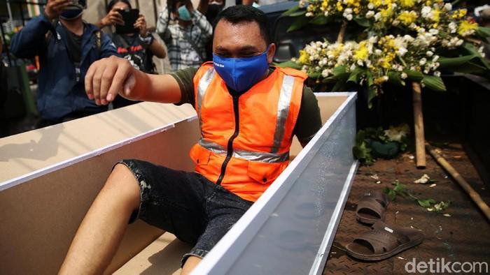 Warga yang bandel tak pakai masker diberi sanksi dengan dimasukkan ke dalam peti mati di Kalisari, Jakarta Timur, Kamis (3/9/2020).