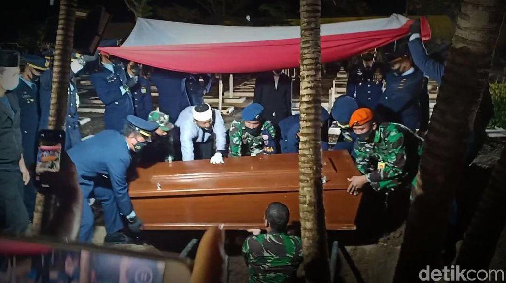 Tangis di Pemakaman Pilot Pesawat Tempur yang Tergelincir di Madiun
