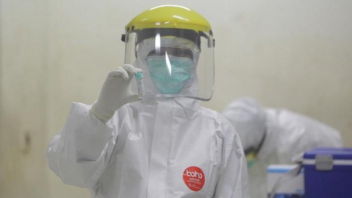 Ratusan tenaga medis gugur akibat pandemi COVID-19. Pembatasan jam kerja nakes pun dinilai dapat menjadi upaya untuk melindungi tenaga medis dari virus Corona.