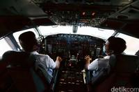 Orang biasa atau penumpang juga bisa melihat kondisi kokpit saat pesawat berhenti atau terparkir di apron dan pesawat sedang tak mengudara.