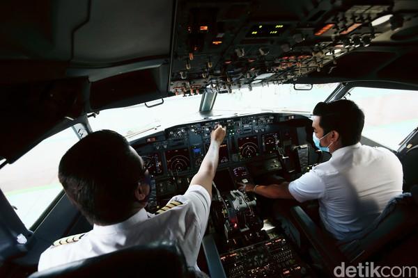 Di kokpit itu terdapat alat-alat Flight Instrumen dan Flight Control pesawat terbang. Begitu juga yang ada di dalam pesawat Garuda Indonesia.