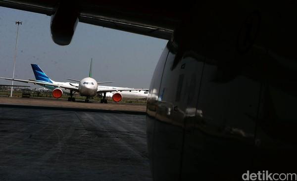 Selama penerbangan berlangsung, pintu kokpit terkunci secara elektronik. Pintu menuju kokpit bisa dibuka oleh kapten pesawat menggunakan remote atau nomor kombinasi yang ditekan oleh kru kabin.