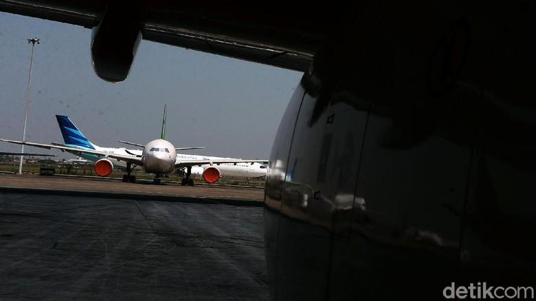 Beginilah potret ruang kemudi pesawat atau kokpit yang menjadi ruangan bagi sang pilot untuk mengendalikan laju pesawat terbang. Mulai dari lepas landas hingga kembali mendarat.