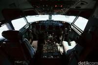 Kokpit hanya bisa diisi oleh orang-orang tertentu yang boleh masuk ke ruang kemudi saat pesawat mengudara. Orang-orang tersebut itu adalah personel yang berlisensi pilot atau instruktur pilot.