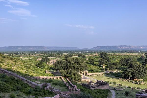 Bhangarh Fort sudah ada sejak abad ke-17. Benteng ini dibangun oleh Raja Sawai Madho Singh pada tahun 1613. (Getty Images/iStockphoto)