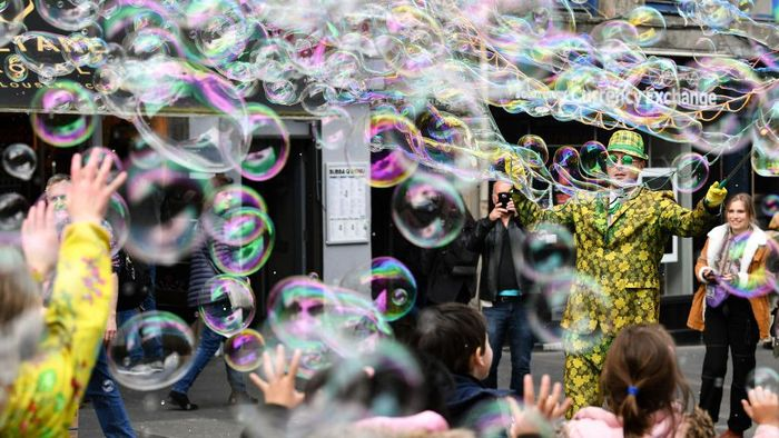 EDINBURGH, SCOTLAND - MAY 27: A street performer on the Royal Mile entertains members of the public with a mass of bubbles on May 27, 2019 in Edinburgh, Scotland. (Photo by Jeff J Mitchell/Getty Images)