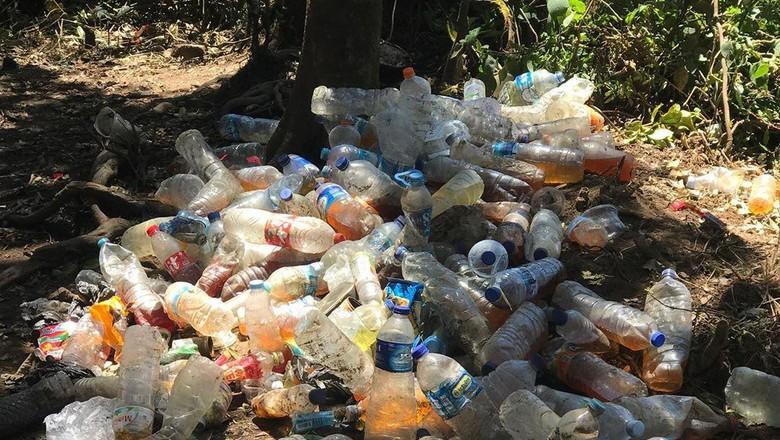 Kencing dalam botol air mineral gunung Cikuray