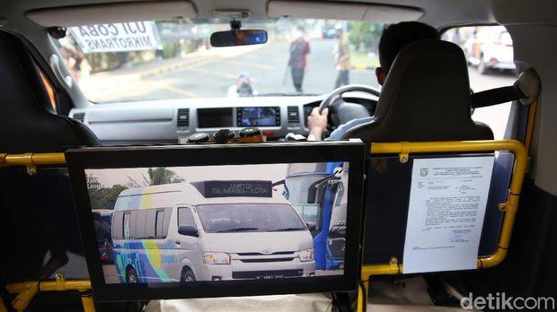 Petugas mengoperasikan kendaraan Jak Lingko Mikrotrans saat peluncuran layanan The All New Purwarupa Mikrotrans atau bentuk baru dari Mikrotrans. di Kantor Pusat Trans Jakarta, Jumat (4/9/2020).