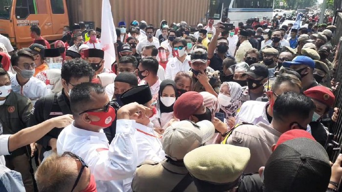 Kerumunan pendukung Muhamad-Saraswati di depan kantor KPU Tangsel, sebelum dibubarkan, Jumat (4/9/2020).