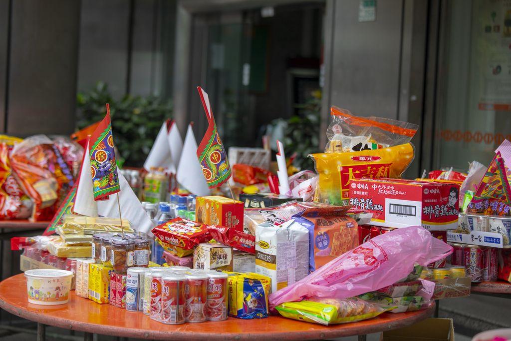 Kumpulkan Makanan Sisa Sesajen dari Festival Hungry Ghost