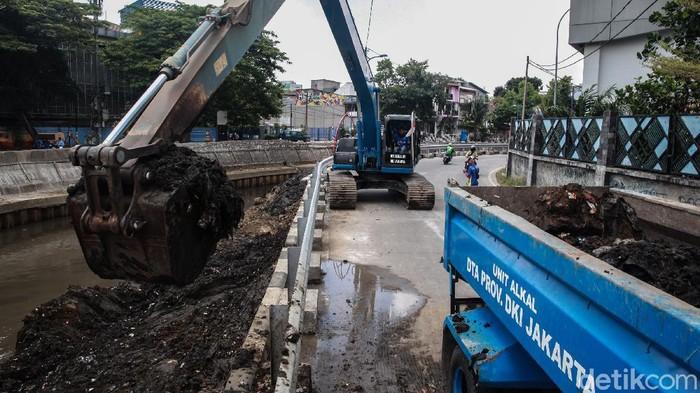 BMKG memprediksi peralihan musim kemarau ke musim hujan terjadi pada September ini. Dinas Tata Air Provinsi DKI Jakarta langsung melakukan pengerukan di Kali Ciliwung.