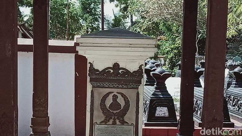 Makam CF Winter dan istrinya di kompleks makam Ronggowarsito