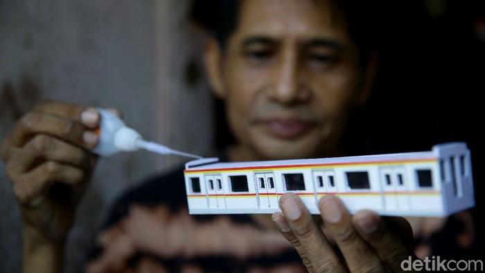 Iskandar telah 6 tahun bekerja sebagai pembuat miniatur kereta api. Miniatur kereta api buatannya tak hanya diminati di Indonesia tetapi hingga kawasan ASEAN.