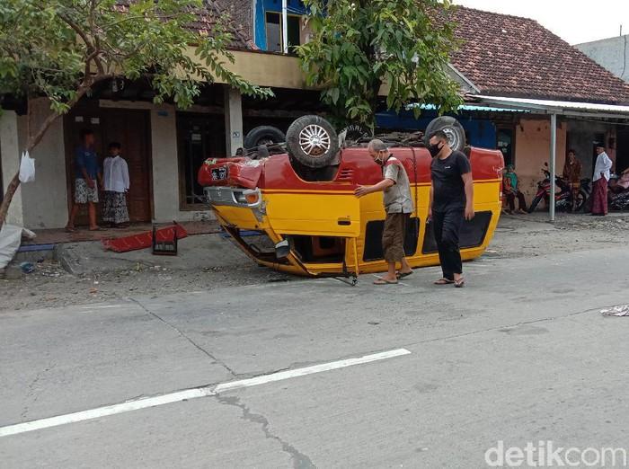 Minibus bermuatan miras terbalik di Jalan Kudus-Grobogan, Jumat (4/9/2020).