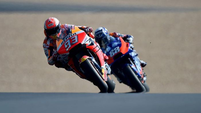 (From L) Repsol Honda Teams Spanish rider Marc Marquez drive ahead Red Bull KTM  Tech3 Racing Portuguese rider Miguel Oliveira during the first MotoGP free practice session, ahead of the French Motorcycle Grand Prix,on May 17, 2019, in Le Mans, northwestern France. (Photo by JEAN-FRANCOIS MONIER / AFP)