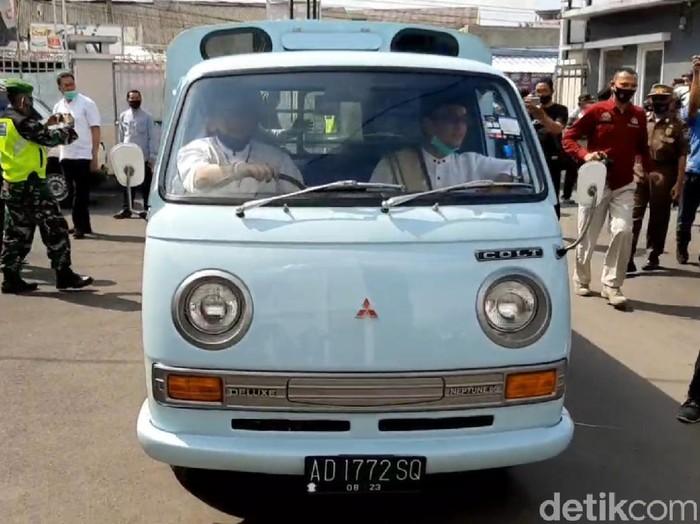 Pasangan Ade Sugianto-Cecep menunggangi mobil tua saat daftar ke KPU Tasikmalaya