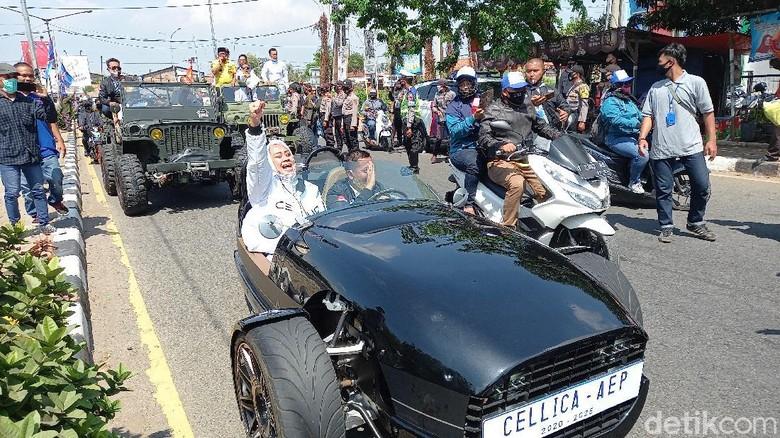 Pasangan Cellica-Aep tunggangi motor roda tiga saat daftar ke KPU Karawang