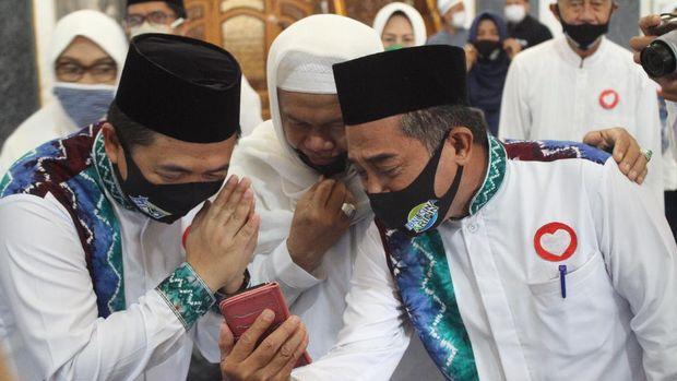 Pasangan Ibnu Sina-Arifin Noor menunaikan salat di masjid sebelum mendaftar ke KPU Kota Banjarmasin