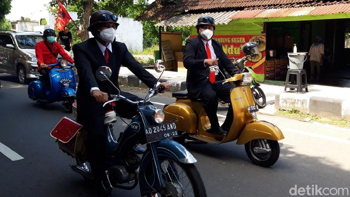 Pasangan M Said Hidayat-Wahyu Irawan mendaftar Pilkada Boyolali naik motor klasik, Jumat (4/9/2020).