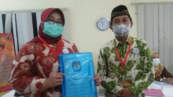 Pendaftaran pasangan Bupati petahana Sragen Kusdinar Untung Yuni Sukowati-Suroto di kantor KPU Sragen, Jumat (4/9/2020).
