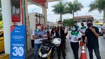 Hari Pelanggan, Pertamina Bagikan Masker & Souvenir di SPBU Sukabumi
