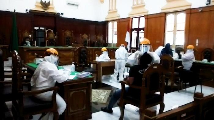 Satu hakim di Pengadilan Negeri (PN) Medan meninggal karena COVID-19. Dalam tes diketahui, 37 pegawai dinyatakan positif. Pengadilan pun tutup, seluruh pegawai bekerja dari rumah selama sepekan mulai hari ini, Jumat (4/9/2020).