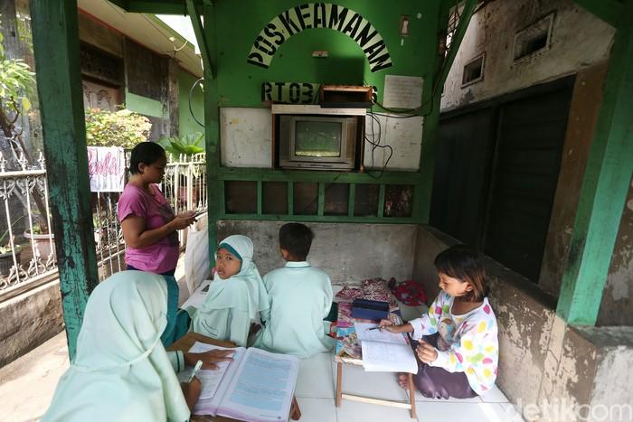 Sejumlah anak dengan didampingi orang tua berkumpul di pos keamanan atau pos ronda di pemukiman kawasan Pejompongan, Benhil, Jakarta, Jumat (4/9/2020).