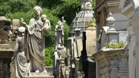 Ditambah lagi dengan patung-patung khas dewa Yunani yang bikin pemandangan makin mistis. (Getty Images/iStockphoto)