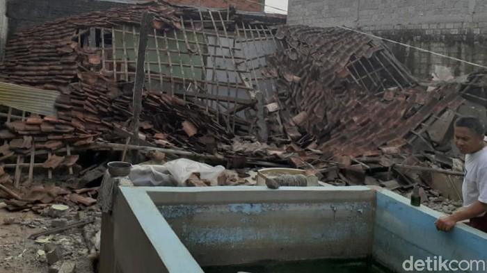 Rumah warga di Sukabumi nyaris rata dengan tanah usai digoyang gempa