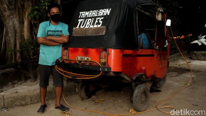 Seorang tukang tambal ban di Ibu Kota punya cara unik nan menarik agar tetap dapat bekerja di tengah pandemi. Ia merombak bajaj menjadi tempat tambal ban.