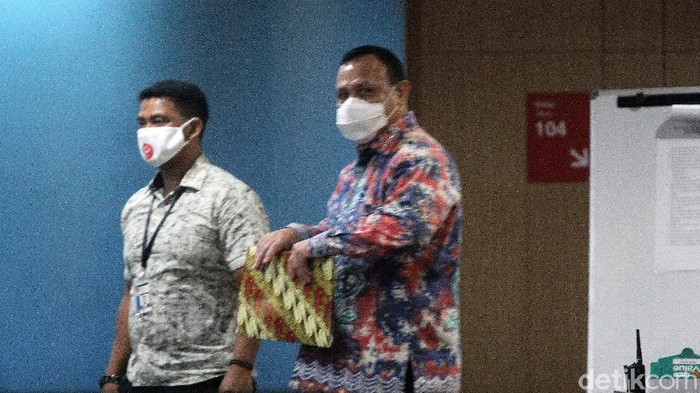 Ketua KPK Firli Bahuri selesai menjalani sidang etik oleh Dewas KPK terkait helikopter mewah, Jumat (4/9). Ia kemudian keluar gedung melalui pintu belakang gedung ACLC.