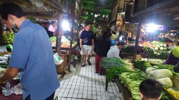 Banyak yang abai protokol kesehatan COVID-19 di Pasar Grogol, pasar grogol