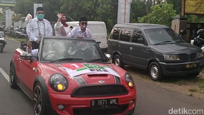 Bupati petahana Asip Kholbihi berpasangan dengan Sumarwati mendaftar Pilkada Pekalongan, Sabtu (5/9/2020).