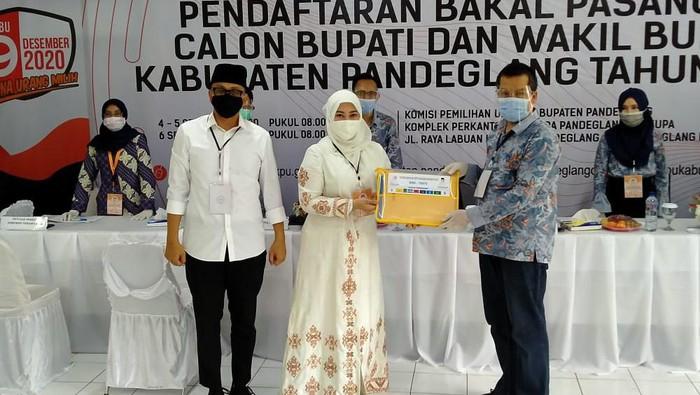 Irna Narulita-Tanto Arban daftar ke KPU pandeglang
