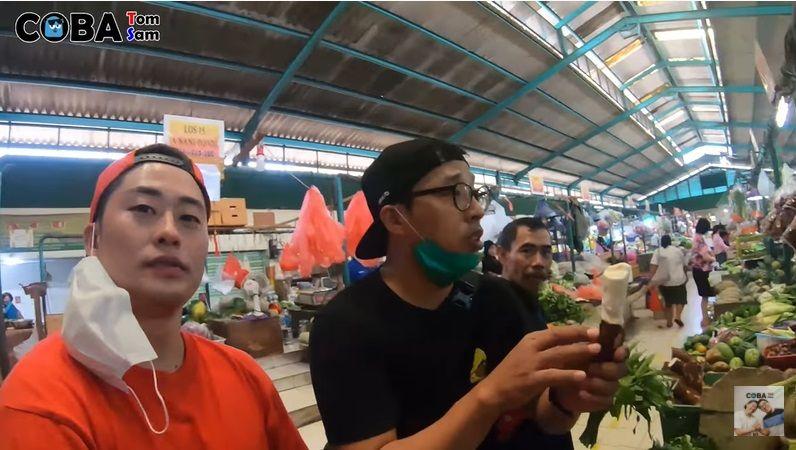 Keseruan Orang Korea Blusukan di Pasar Indonesia