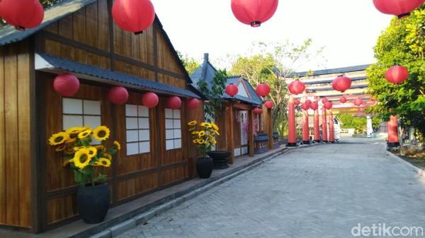 Lumina memiliki replika gerbang Torii ala Jepang. Ada juga miniatur bangunan khas di lima negara, mulai dari Jepang, Santorini, Turki, Meksiko dan Arab. (Angling Adhitya Purbaya/detikcom)