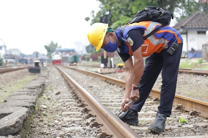 Petugas Pemerika Jalur rel kereta api