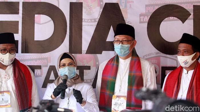Putri Wapres Maruf Amin, Siti Nur Azizah bersama Ruhamaben didampingi partai pendukung mendaftar sebagai bakal calon wali kota ke KPU Tangerang Selatan, Banten, Sabtu (5/9/2020). Keduanya disokong oleh Partai Demokrat, PKS dan PKB.  Setelah pendaftaran, Siti Nur Azizah memotong tumpeng karena hari ini bertepatan dengan hari ulang tahunnya yang ke-48.