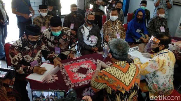 Rektor UNY Sutrisna Wibawa bersama Mahmud Ardi Widanto resmi mendaftar Pilkada Gunungkidul, Sabtu (5/9/2020).